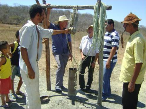 Obmann Josef Fink im Gespräch mit Dorfbewohnern