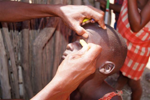 ein Junge bekommt Antibiotika